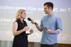 Moderator Tim Wiese und Jurymitglied Prof. Dr. Sonja Ganguin | Laudatio zu Kategorie 1