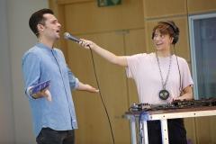Moderator Tim Wiese singt mit Loopmotor